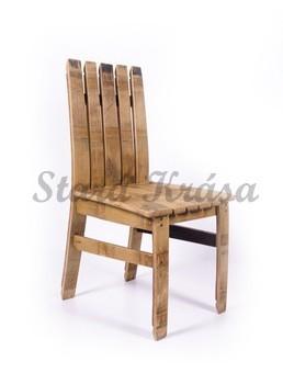 Jídelní židle ze starých sudů.