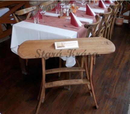 Servírovací stolek v selském stylu.