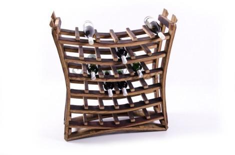 Rustikální stojan na 36 lahví vína.