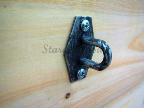 Detail kování - dřevěná maxi truhla.