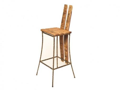 Barová židle v industriálním provedení.