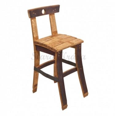 Netradiční barová židle ze dřeva.