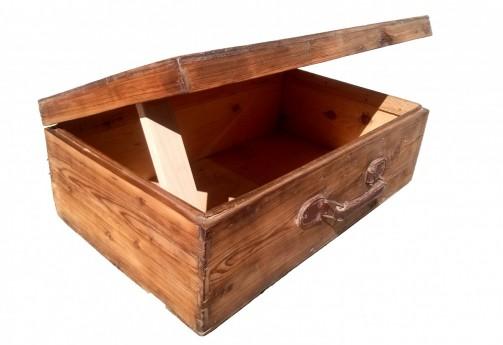 Dobový kufr ze dřeva.