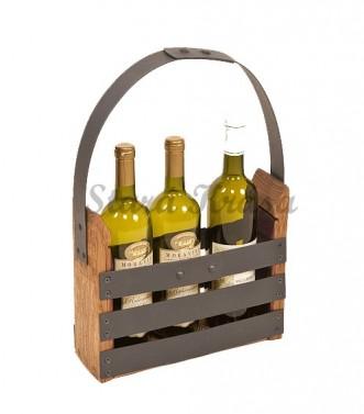 Přenosný dřevěný stojan na lahve s vínem.