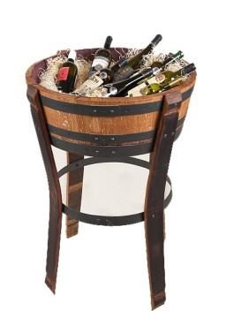 Masivní prezentační dřevěný stolek.