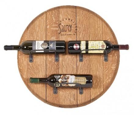 Nástěnný dekorační stojan na víno.