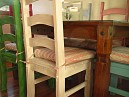 Masivní dřevěná židle bíle barvy