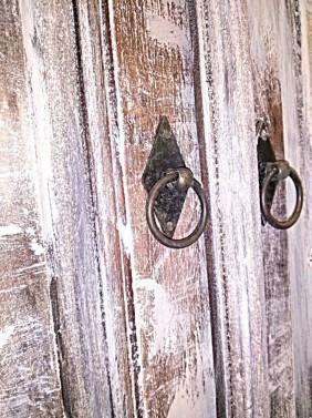 Originální dobové kovaní na starožitné komodě