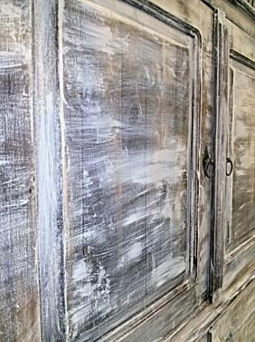 Kartáčovaná patina na staré skříni