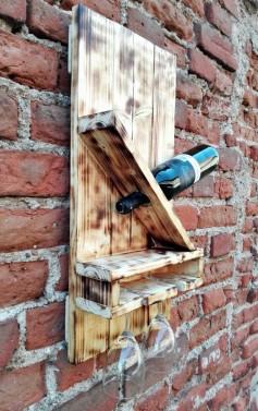 Starý stojan na víno ze dřeva