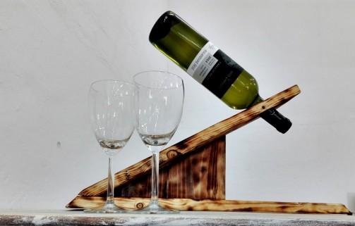 Rustikální stojan na víno