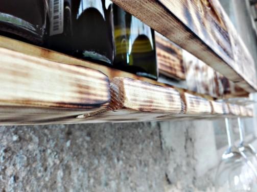 Dřevěný stojan na lahve vína