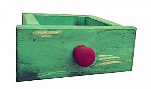 Zelený šuplík s opotřebovaným vzhledem