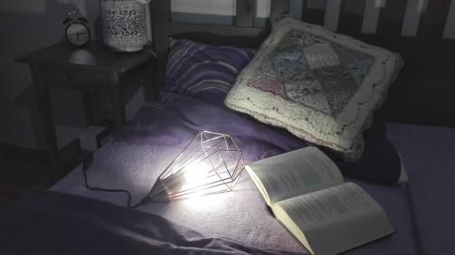Industriální lampička na noční stolek
