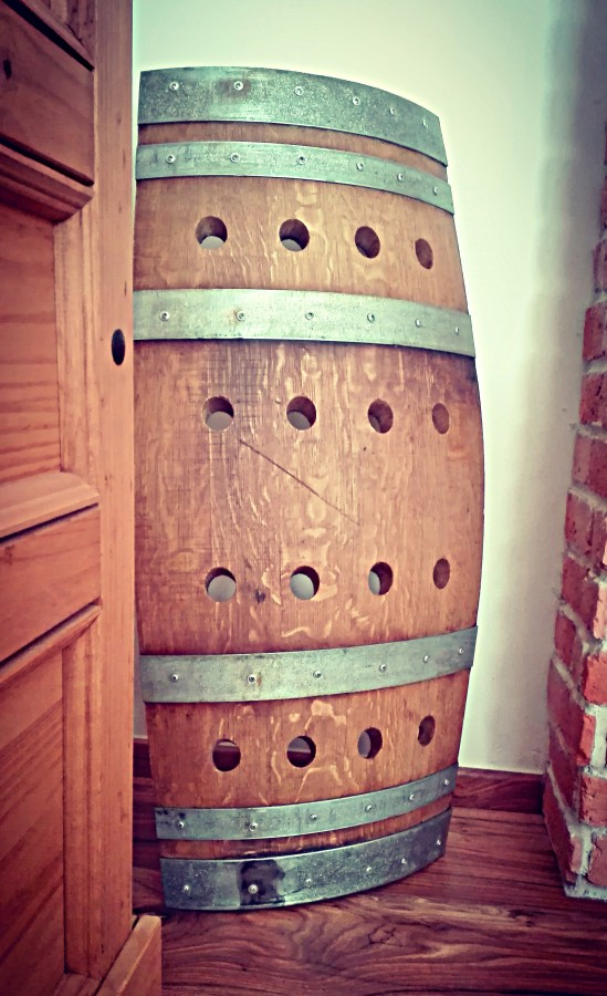 Mohutný stojan na víno v rustikálním stylu z dubového dřeva  Dubové stojany  na víno - luxusní provedení ... 3bf795c4d1