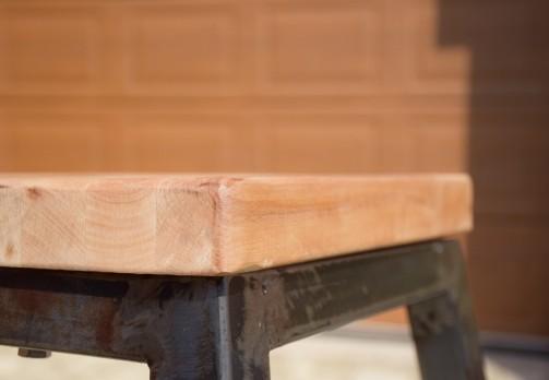 Industriální barová židle s dřevěným sedákem