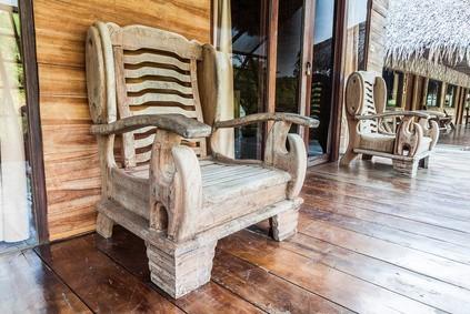 Luxusní křeslo z exotického dřeva